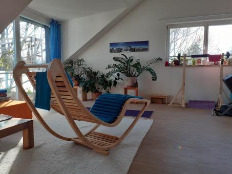 Chairbert Holzliege 54 in Esche oder Eiche mit Kapokauflage in blau